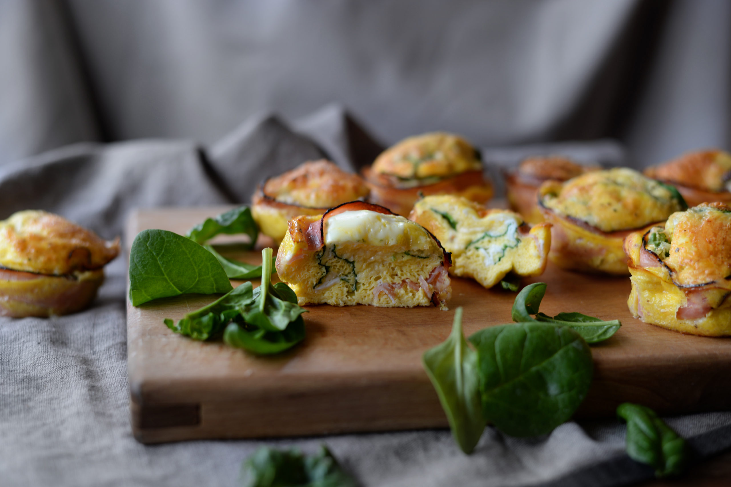 Špenátové muffiny se šunkou a sýrem