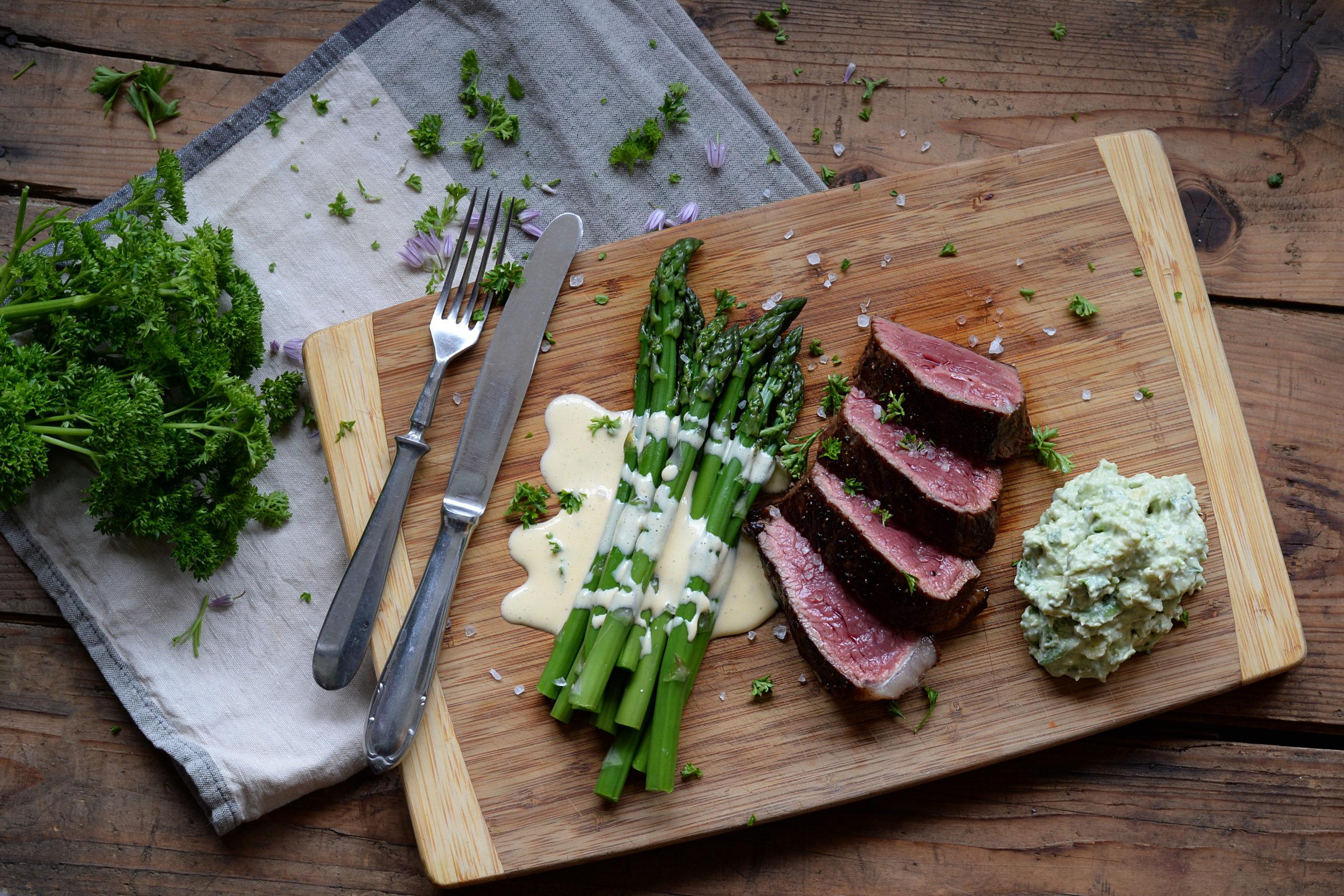 Hovězí steak s chřestem a nivovo-avokádovým dipem